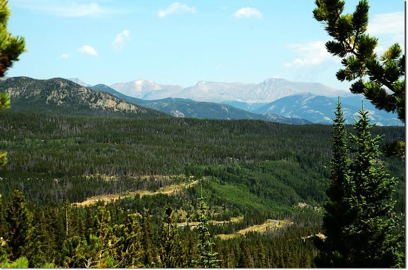 Glacier Gorge Trail 眺望Bear Lake Road及遠方的Mummy Range