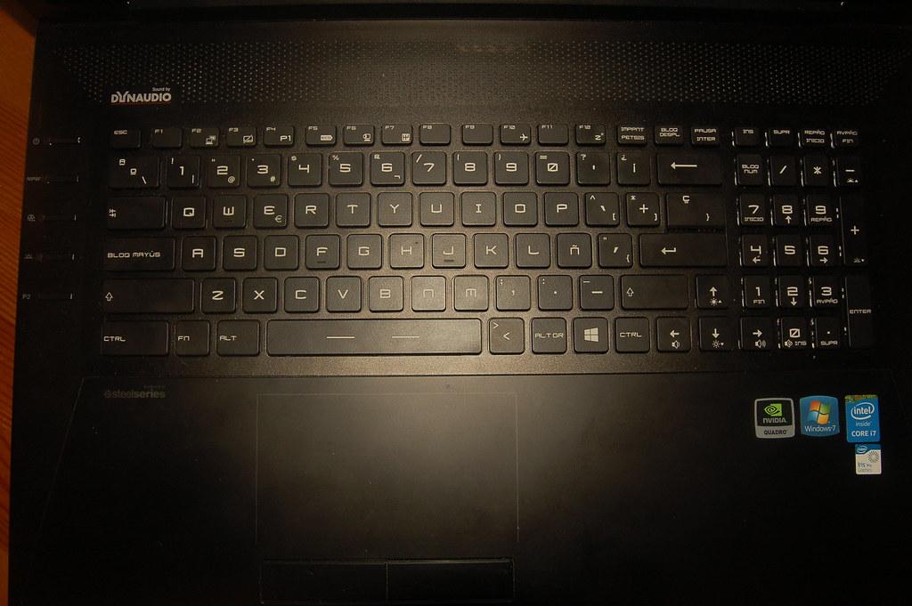 teclado y altavoces