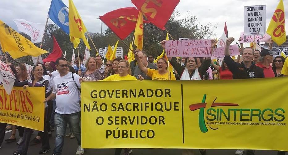 No ínicio deste mês, servidores públicos estaduais foram às ruas de Porto Alegre protestar contra medidas adotadas pelo Governo Sartori. Foto_ Divulgação.jpg
