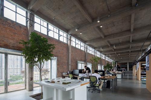 源計劃建築師事務所在混凝土筒倉頂的辦公空間