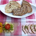 Salat vom gebratenen grünen und weißen Spargel mit Orangen-Vinaigrette und rosa gegartem Kalbsrücken / Brot