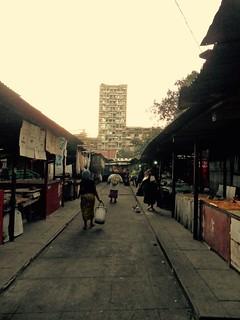 Kuvassa harvinaisen rauhallinen Maputon Mercado do Povo eli kansan tori on ulkonäöltään karu, mutta tunnelmaltaan viihdyttävä.