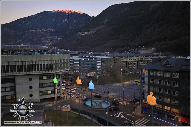 """Mirador desde la Plaza de la Casa de la Vall con la escultura """"Los 7 poetas"""", Andorra La Vella, Andorra."""