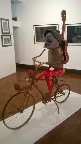"Jännittävä teos kansallisesta taidemuseosta Maputosta. Tekijä: Gilberto Muzilene Macave (Muzilene). ""Xinhavatelo xa mutchai"" - 2015. Metalliveistos. 177x153x46cm. Exposição do Museu Nacional de Arte, Maputo, Moçambique."