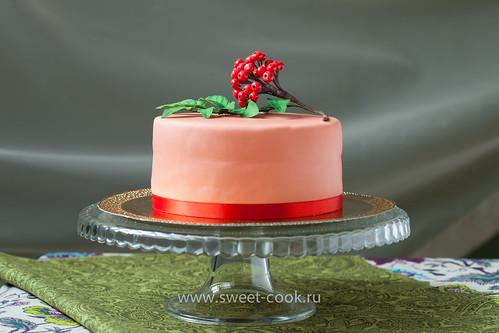 Торт, украшенный сахарной рябиной