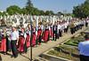 Religiöse Feierlichkeiten im Gedenken an die Vorfahren auf dem Neugässer Friedhof