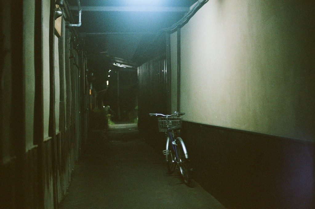 五条通 京都 Kyoto 2015/09/23 從清水五条車站出來後用走的走回清水寺附近,沿路上的景。  我記得那時候有列一項腳踏車在這趟旅途時要記得拍的物品。但這裡的燈光很詭異,這裡又有點安靜。  Nikon FM2 Nikon AI Nikkor 50mm f/1.4S AGFA VISTAPlus ISO400 0949-0012 Photo by Toomore