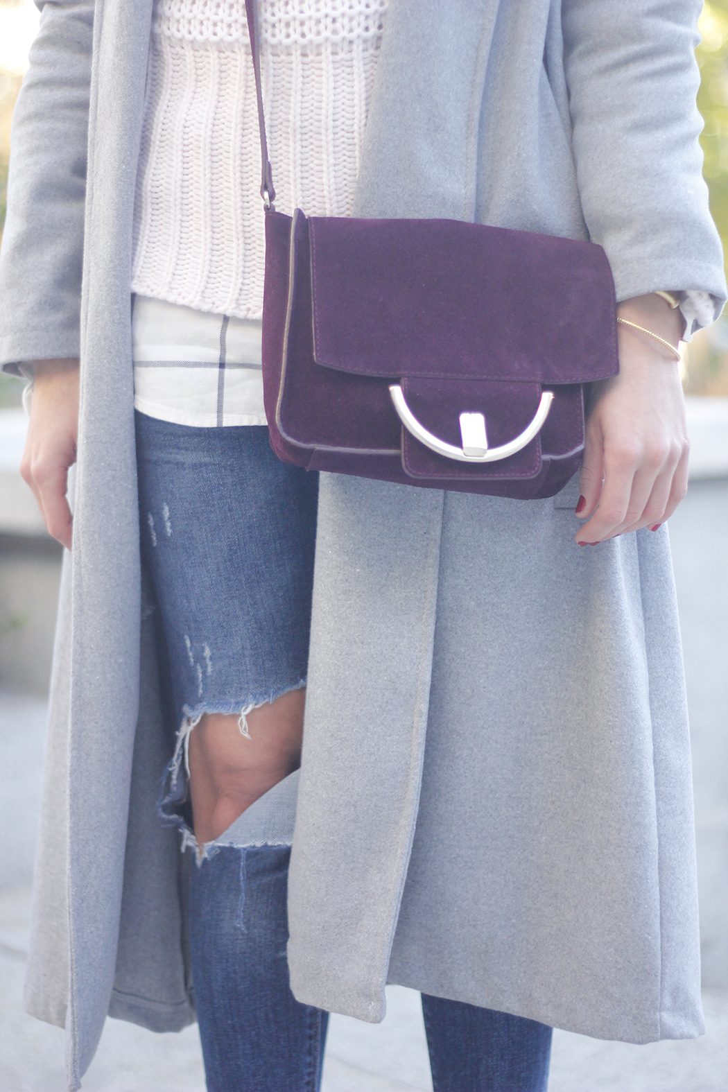 Grey coat with pink sweater jeans burgundy purse uterqüe outfit streetstyle07