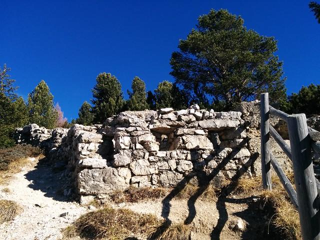 Alte Kriegsruinen beim Aufstieg