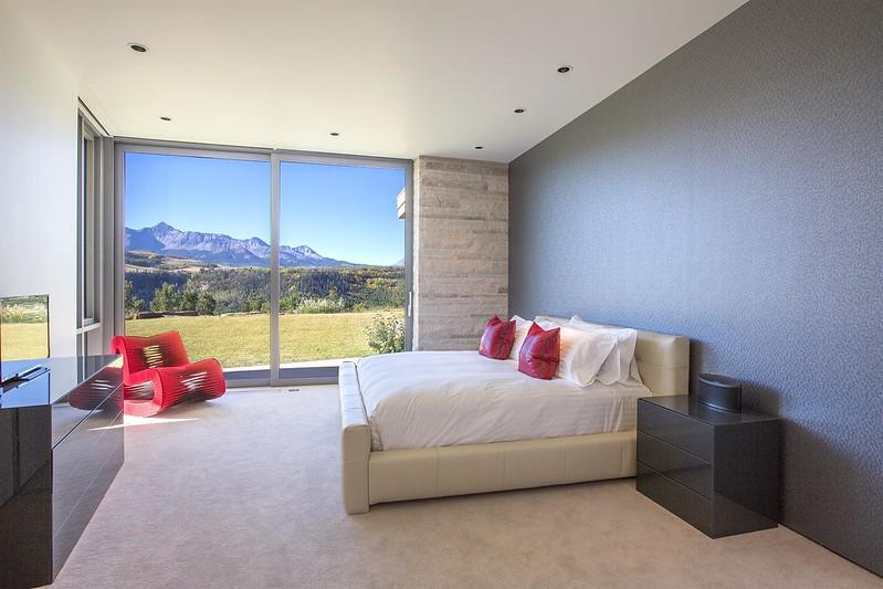 Спальня с видом на горы Колорадо в доме Sunset Ridge