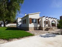 Chalet independiente de 700 m2 de parcela situado en Benidorm. Solicite más información a su inmobiliaria de confianza en Benidorm  www.inmobiliariabenidorm.com