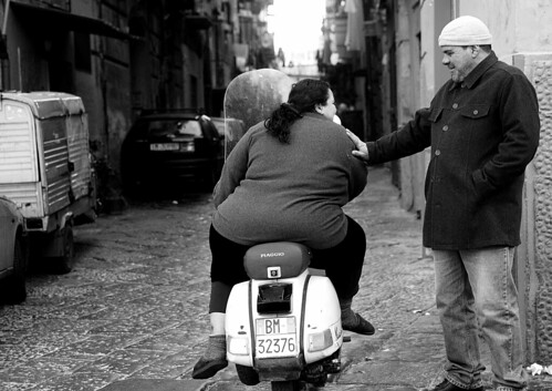 EE3V0636_RT8 Donna grassa in Vespa (bw-EOS-F) by abschied
