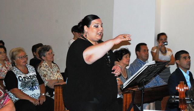 Rutigliano- Il coro della maestra Apollonio rende omaggio alle Nozze d'Oro della Parrocchia-Antonella Apollonio