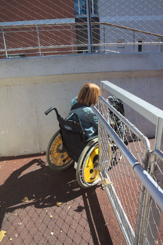 Una mica estret el pas al pont per cadires de rodes. La de la fotografia és cadira tamany infantil