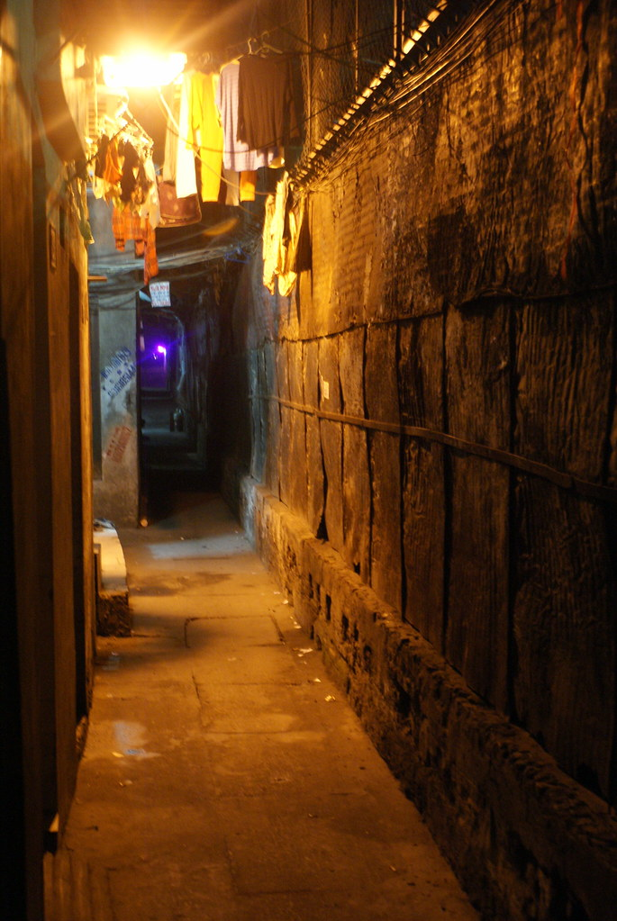 Un petit bout du long couloir vers le fleuve à Hanoi.