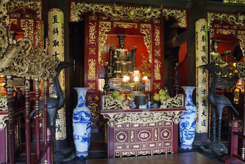Un des autels richement décorés du Temple de la littérature à Hanoi.