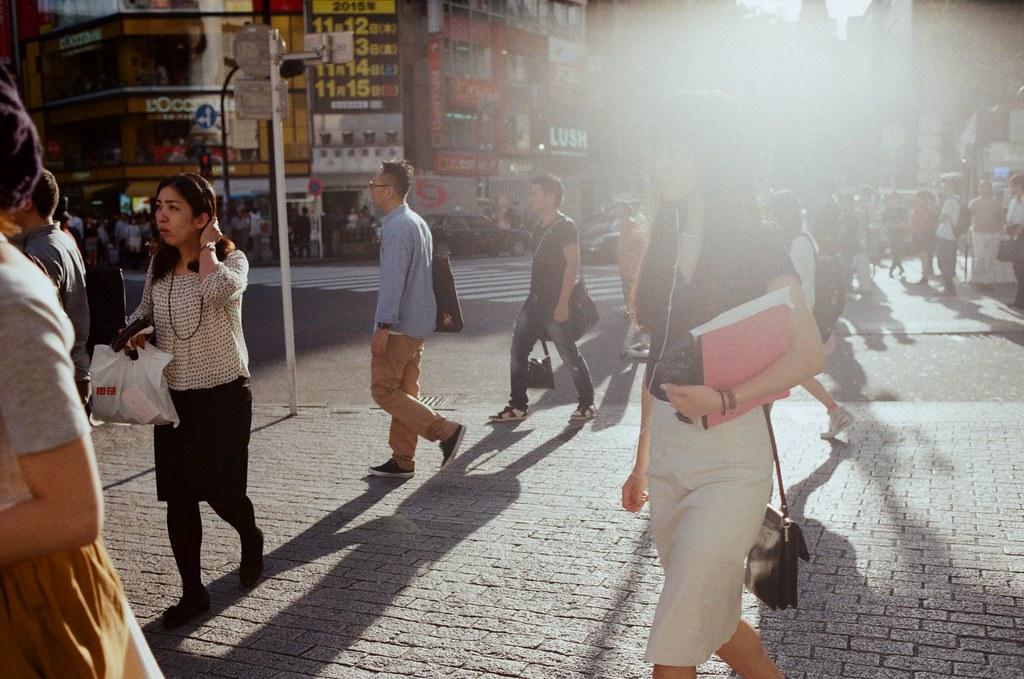 渋谷 Tokyo, Japan / Kodak ColorPlus / Nikon FM2 那時候準備落下的太陽很刺眼的照映。就決定來拍拍這樣樣大逆光的感覺!  只想表現手法,而畫面隨意!  Nikon FM2 Nikon AI AF Nikkor 35mm F/2D Kodak ColorPlus ISO200 0997-0019 2015/10/02 Photo by Toomore