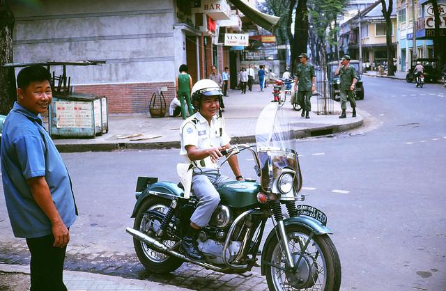 Cop in Saigon Vietnam 1969 - Photo by Mike Gilmore - Cảnh sát Công lộ