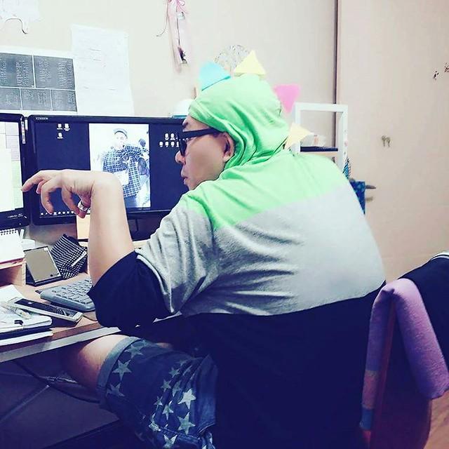 직원 컴퓨타를 봐주고 있는 나에게 여직원들이 이렇게 나에게 장난을 쳐도 다 받아주는 그런 대인배다. 내가.  #대인배 #공룡
