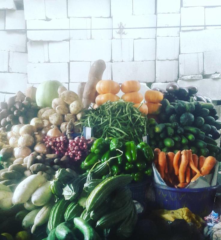Earlier....getting ready for the weekend #markets #vegetables #urbanstills #red #green #orange #yellow #autumn #fall #pumpkin