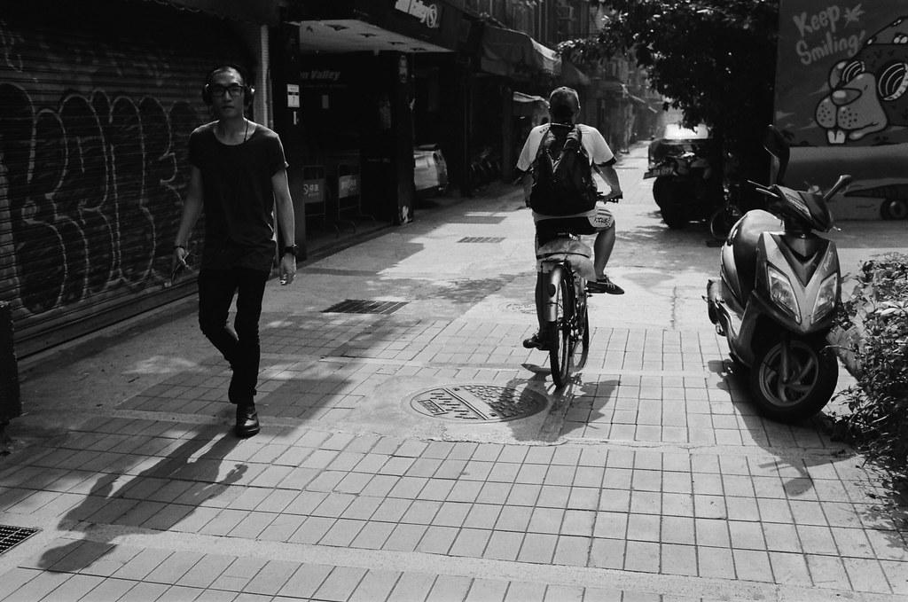 西門町 台北 2015/11/07 裝了一捲黑白底片到西門町拍攝,西門町很多地方都可以停下來等畫面。  在日本走走拍拍的時候,發現黑白拍起來畫面其實很強烈,可能是因為把顏色拿走了吧,所以剩下構圖來傳達畫面的意思就變得比較直接一點吧!  總之,回來台灣後,保持像在旅行時的好奇感繼續拍照!  Nikon FM2 Nikon AI AF Nikkor 35mm F/2D Kodak TRI-X 400 / 400TX 2940-0005 Photo by Toomore