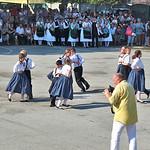 Vorführung der Gruppe mit pfiffiger Choreografie bei der Jubiläumsfeier im August. Petru Vasile Tomoiagă, im Bild mit gelbem Hemd, gebürtiger Billeder und Chefredakteur der Zeitung Timișoara, hat dort ausführlich über die Veranstaltungen berichtet.