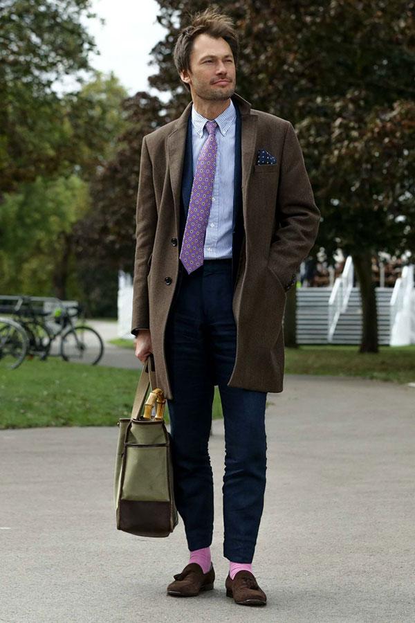 ブラウンチェスターコート×ネイビースーツ×ストライプシャツ×紫小紋柄ネクタイ×ブラウンタッセルローファー