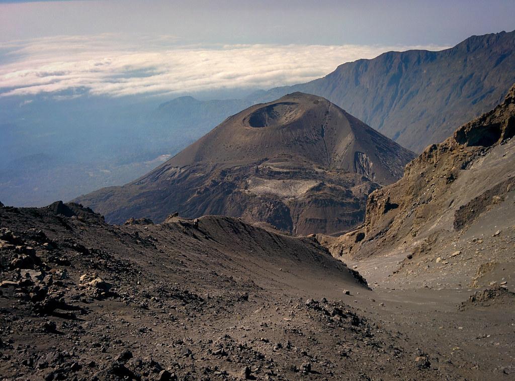 Blick auf den Vulkankrater - Abstieg vom Gipfel  - 3. Tag Mount Meru Tour zur Akklimatisierung. Tansania - Kilimanjaro Kraterschläfer Expedition 2016, Wikinger Reisen