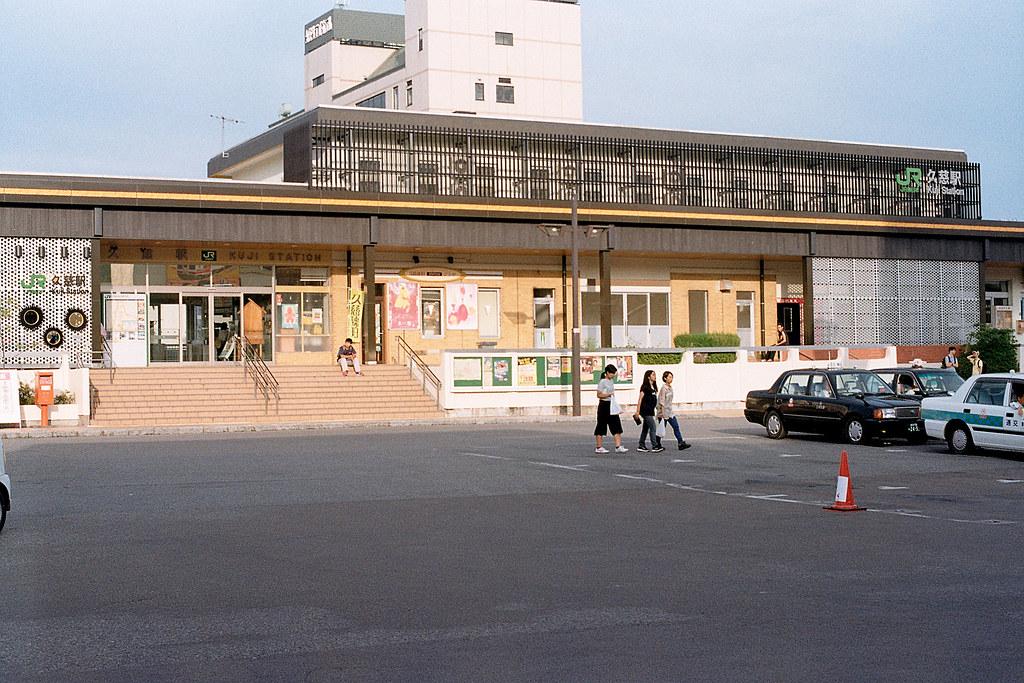 """岩手 久慈駅(Kuji) 2015/08/08 久慈駅,小小的一個車站。  Nikon FM2 / 50mm Kodak ColorPlus ISO200  <a href=""""http://blog.toomore.net/2015/08/blog-post.html"""" rel=""""noreferrer nofollow"""">blog.toomore.net/2015/08/blog-post.html</a> Photo by Toomore"""