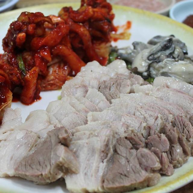 Old school Bossam. Pork, sweet fruity fresh kimchi, raw oysters. 옛날보쌈. 돼지고기, 생김치, 생굴. ^^