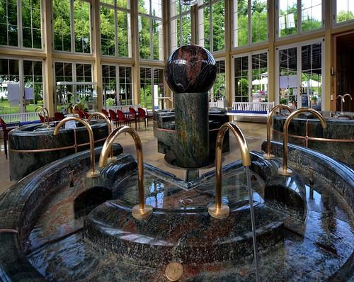 Der Brunnentempel ist das Herzstück des Kurparkes. Hier werden die drei Trinkquellen ausgegeben.