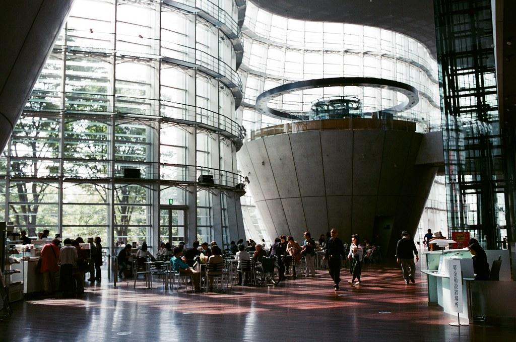 國立新美術館 Tokyo, Japan / AGFA VISTAPlus / Nikon FM2 這是我第一次來到國立新美術館,沒想到這裡很美,記得那時候出發前有看到一些朋友拍過這裡的照片,但自己親自抵達後,才能真正感受到。  下午的時候,陽光就這樣打落下來,很悠閒的下午、靜靜的下午。  我在館內慢慢的逛一圈,盡可能把光影拍起來!  Nikon FM2 Nikon AI AF Nikkor 35mm F/2D AGFA VISTAPlus ISO400 0998-0031 2015-10-03 Photo by Toomore