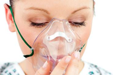 femeie cu masca de oxigen
