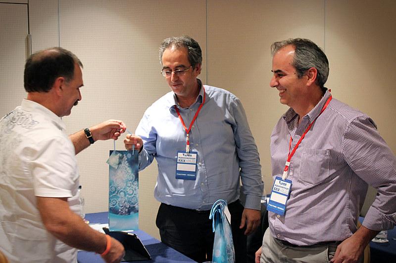 Вручение памятных сувениров членам греческой делегации