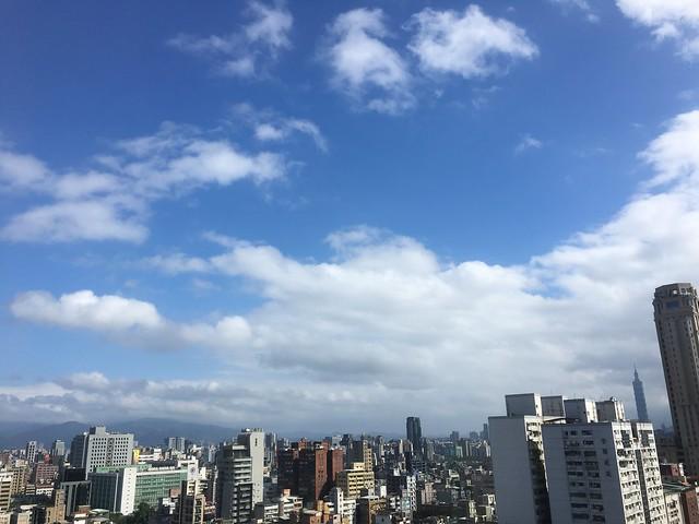 加班日的窗外的天空