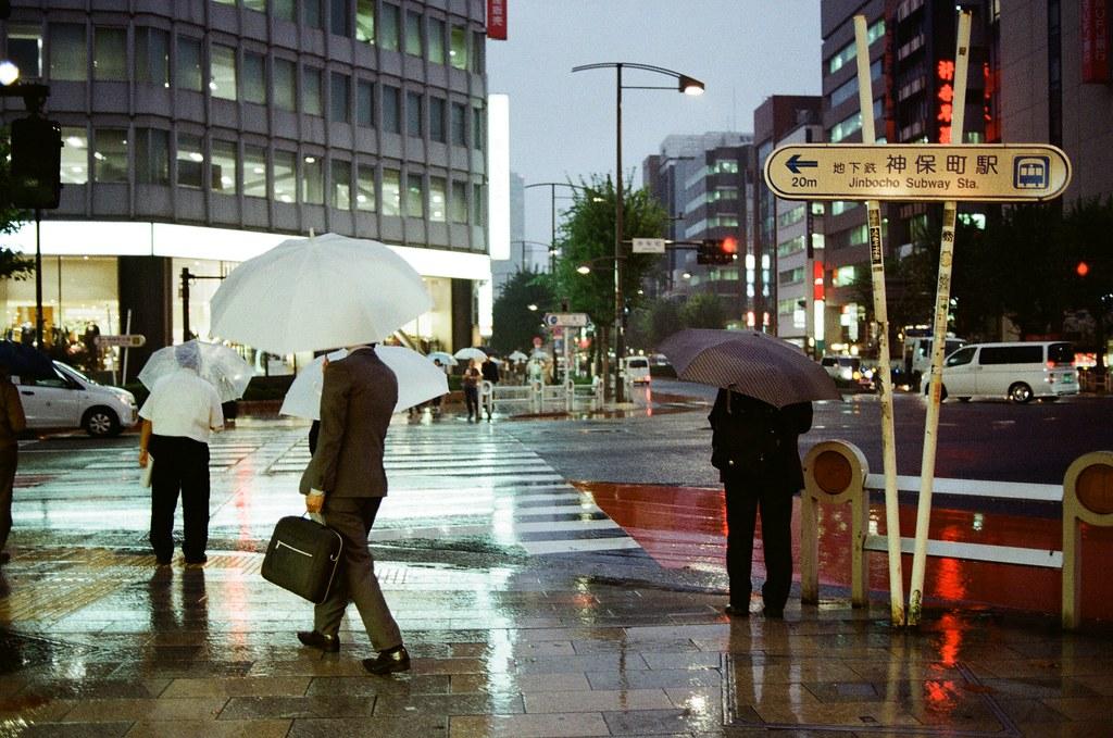 神保町 東京 Tokyo 2015/10/01 18 天旅行後半段到了東京的第二天卻一直在下雨,到神保町找一本合適的書,記得那時候有看到一本還不錯的手繪本,但我先記起來在哪一家店,想說東京的旅途才剛開始,先不急著買。  後來我去了星巴克休息寫明信片,寫著寫著又下起大雨,突然想拍一些關於雨的場景,就抓著相機出來拍照,但我又不愛撐傘,好像就從這天開始我就有點小感冒了。  後來我好像用走的到秋葉原,到那裡找朋友要的扭蛋,一路上也是走走拍拍不管自己淋雨這樣。  Nikon FM2 Nikon AI AF Nikkor 35mm F/2D Kodak ColorPlus ISO200 0995-0031 Photo by Toomore