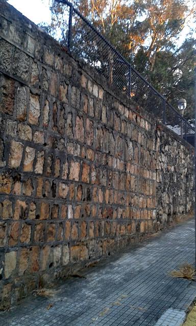 Barrio Aranjuez: un muro y una acera av.11a, c.13/ Aranjuez neighborhood: a wall and a sidewalk 11a av., 13th st.