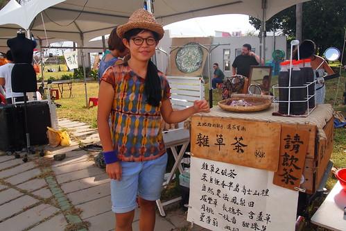 芝宇的自然農地雜草茶行動藝術。李育琴攝