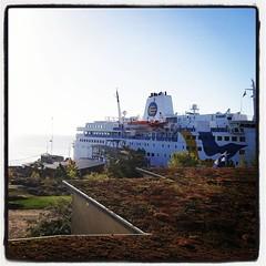 Efter frukosten: stor båt dominerar utsikten. #LC