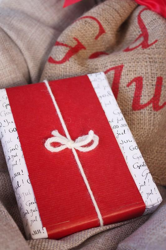 Joululahjan paketointi-idea Kaikki Paketissa
