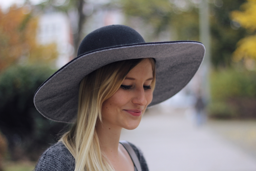 outfit blonde hat grey black zweifarbig hut blond smile woman