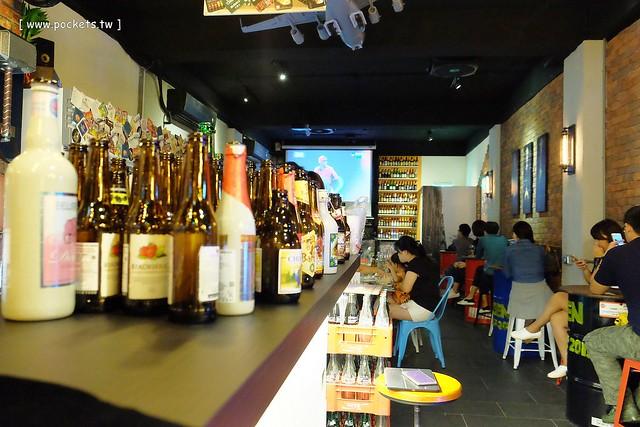 22974785920 fa757fa3cb z - 【熱血採訪】薩克森比利時小酒館。餐廳有120吋的電視牆可以觀看球賽,滿滿的動漫公仔好像走進電影裡,義大利麵和燉飯都是正統義式作法