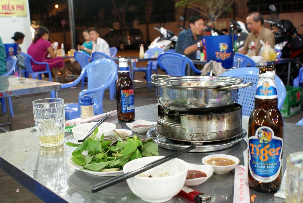 """Fondue"" vietnamienne dans un boui boui de Saigon."