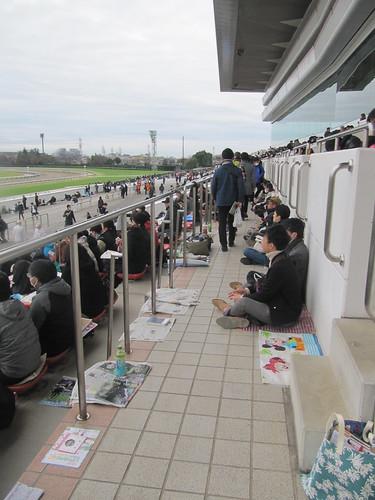 中山競馬場一般席の通路に場所取りする人々