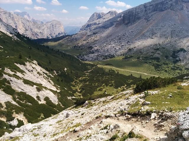 Blick hinunter auf die Abzweigung zum Weg ins Tal