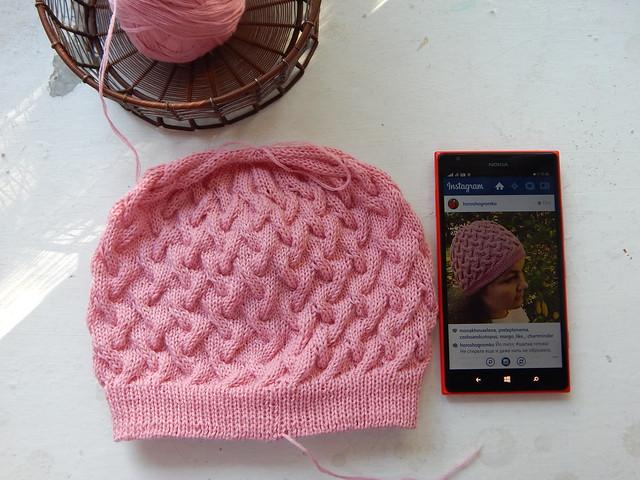 шапка с косами готова, лежит рядом с телефоном, в инстаграме выложена фотография этой шапки | ХорошоГромко.ру