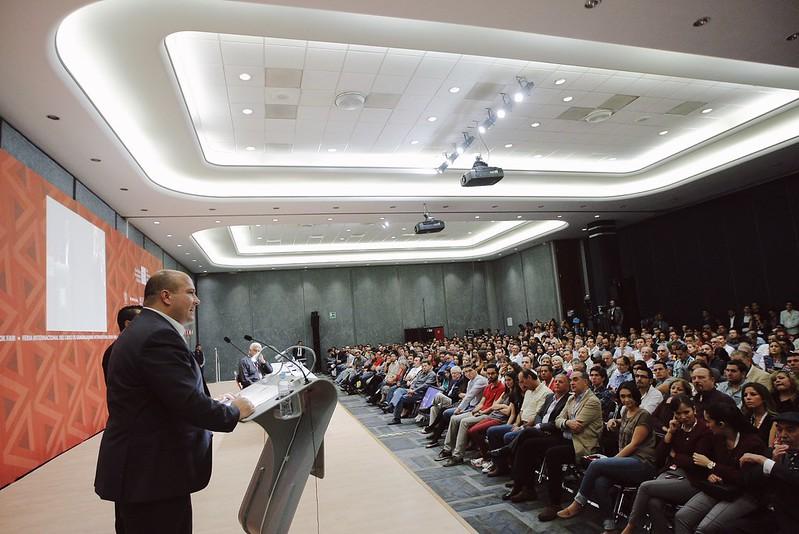 """28 Nov 2015 . El Presidente Municipal Enrique Alfaro imparte la Conferencia """"Del simbolismo electoral a la acción de gobierno"""" en la Feria Internacional del Libro de Guadalajara"""