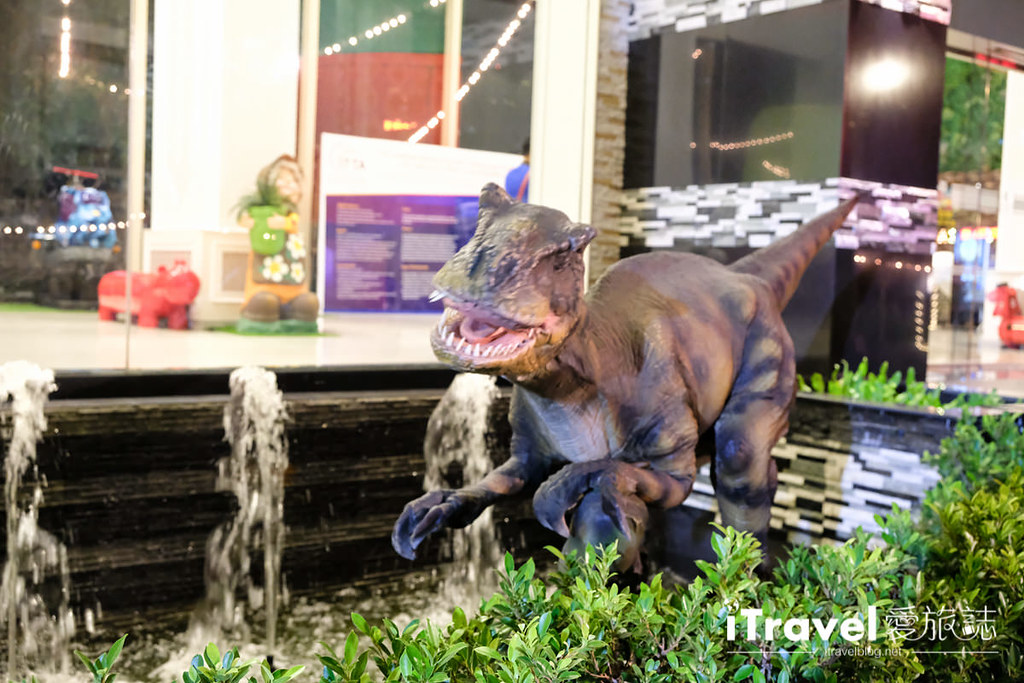 《曼谷夜市集景》桑伦夜市 Suan Lum Night Bazaar Ratchadaphisek:专为观光团客扫货量身打造,浓缩版泰国观光体验一条龙。