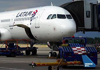 LATAM A321 gate (RD)