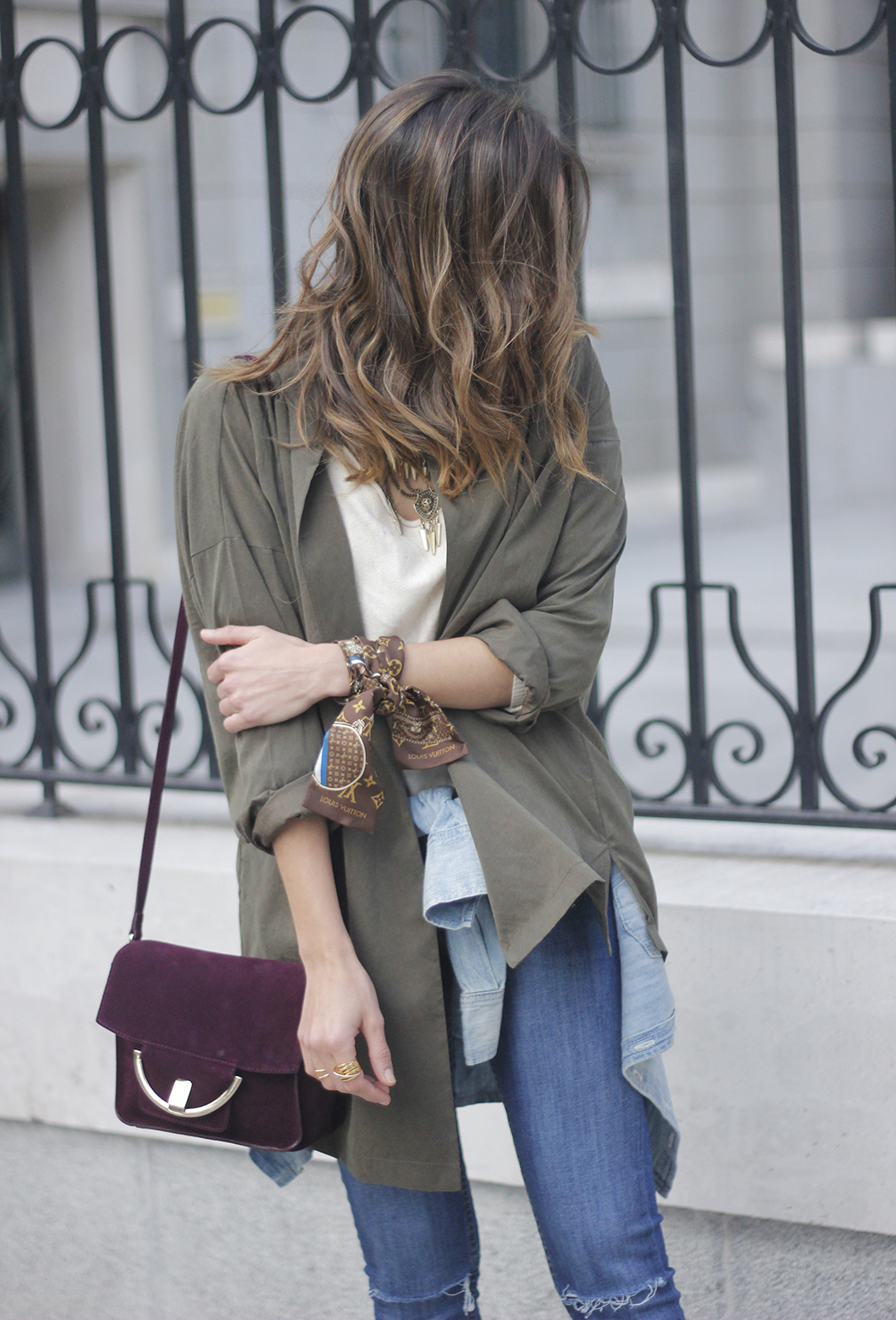 army green shirt jeans nude heels uterqüe purse outfit24